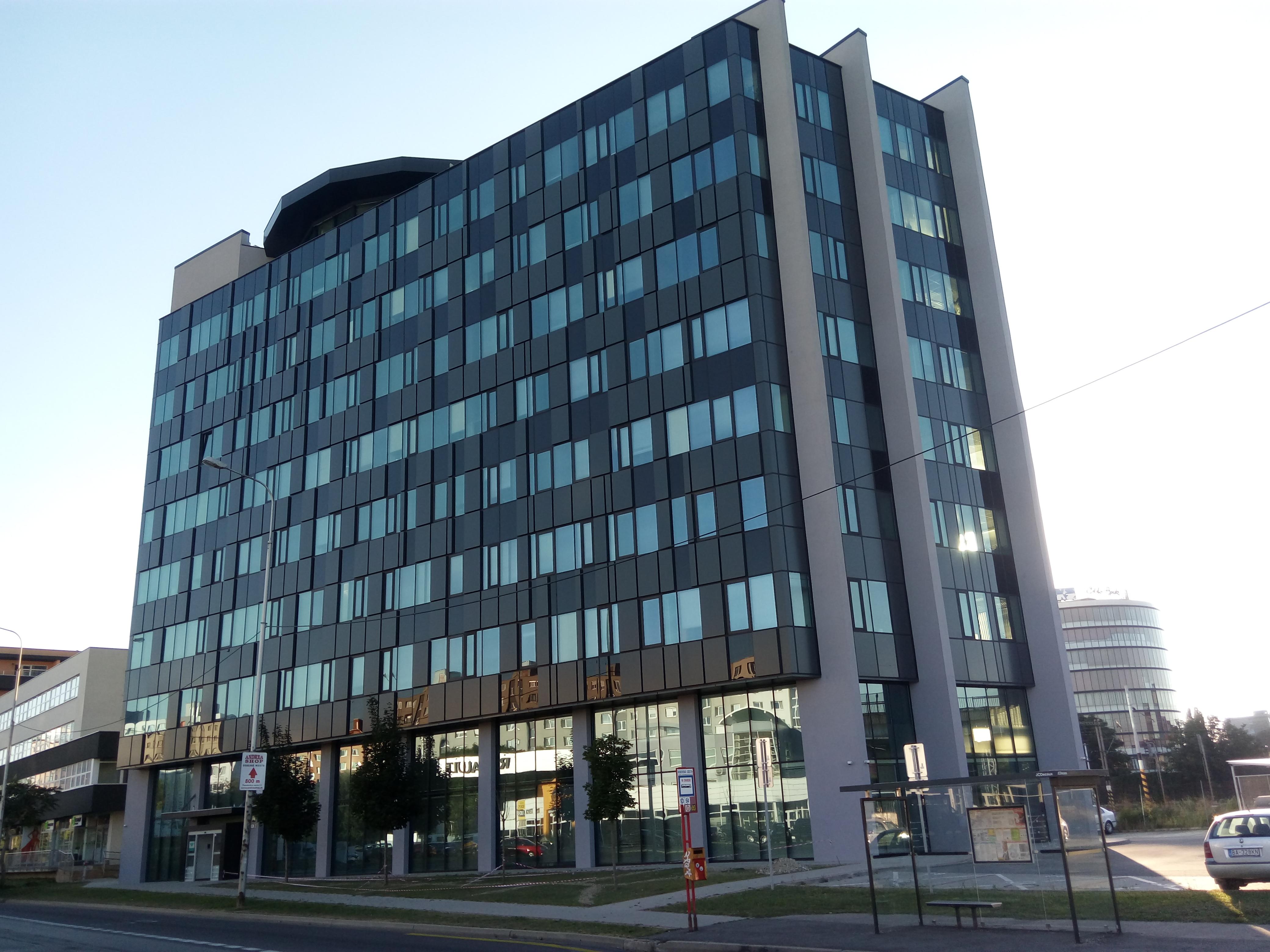 Dodávka a montáž hliníkovej fasády na budove VŠZP