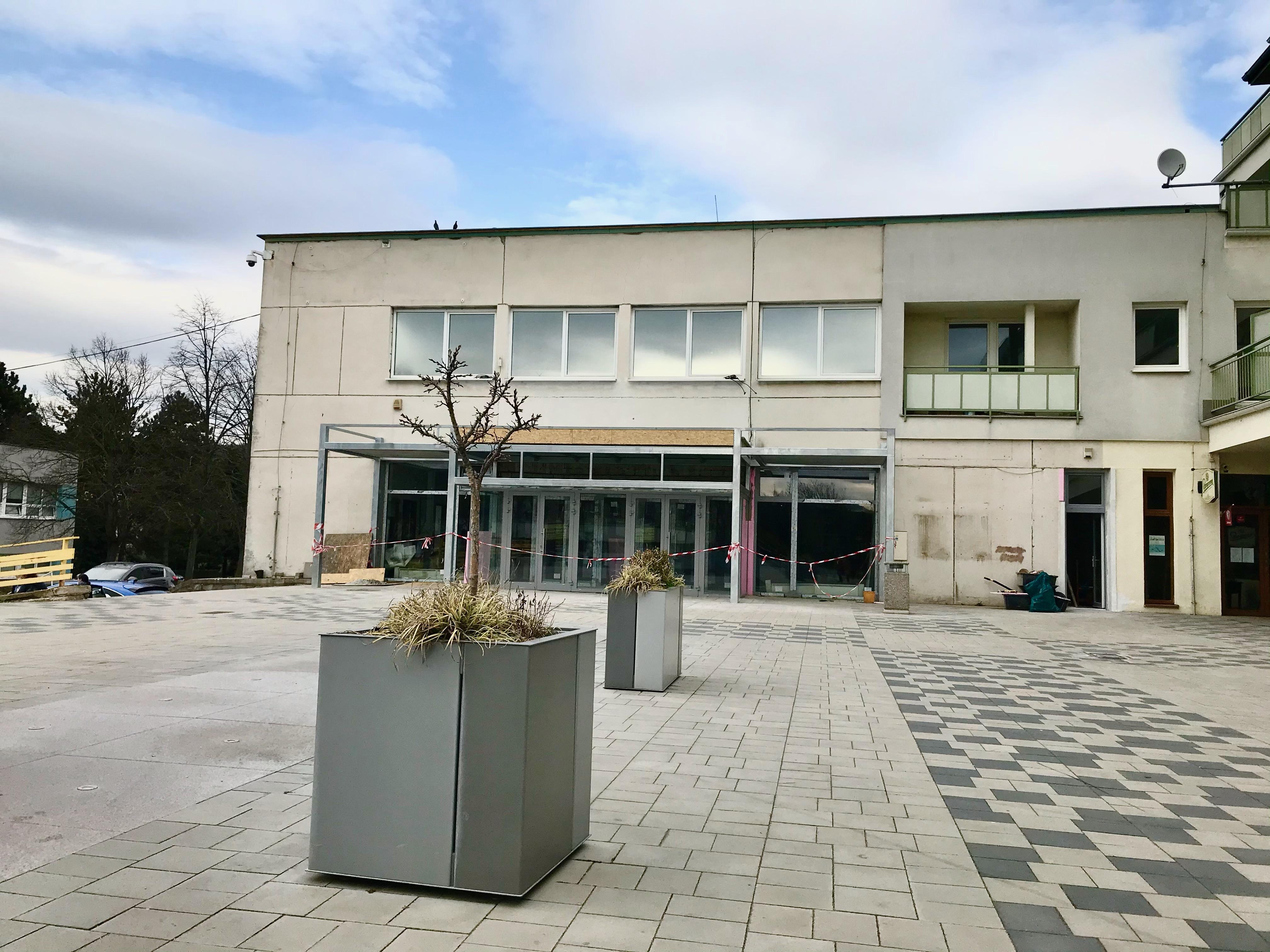 Rekonštrukcia centrálnej zóny – Malokarpatské námestie, 2. etapa, výmena a oprava fasádnych prvkov priestoru kina